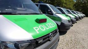Une rangée de Bavarois se garant, police verte allemande transporte Polizeibus Major Police Unit en fonction banque de vidéos