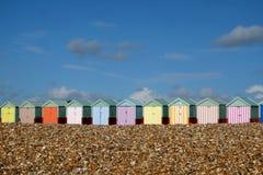 Une rangée de dix huttes colorées Brighton et Hove de plage photographie stock libre de droits
