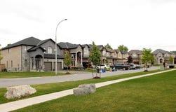 Une rangée de nouvelles belles grandes maisons dans une nouvelle banlieue Image stock