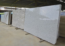 Une rangée de pierres naturelles nouvellement arrivées dans un entrepôt photos stock