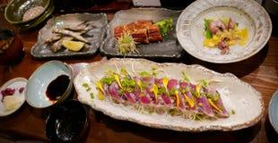 Une rangée de plats de fruits de mer grillés par Japonais Photo libre de droits