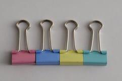 Une rangée des agrafes colorées de reliure Images libres de droits