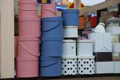 Une rangée des boîte-cadeau de papier colorés sur une étagère dans un supermarché image stock