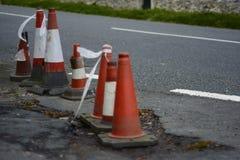 Une rangée des cônes endommagés du trafic images libres de droits