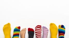 Une rangée des chaussettes et des orteils colorés sur un fond blanc photos libres de droits