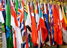 Une rangée des drapeaux lumineux et colorés du monde Photo libre de droits