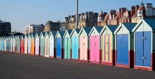 Une rangée des huttes Brighton et Hove de plage photographie stock
