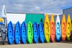 Une rangée des kayaks en plastique colorés images stock