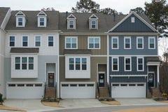 Une rangée des maisons urbaines de quatre étages photos stock