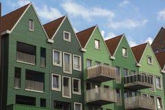 Une rangée des maisons vertes sous le ciel bleu Images stock