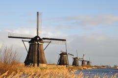 Une rangée des moulins à vent Image stock