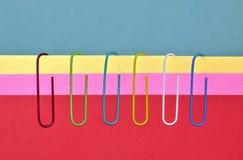 Une rangée des trombones colorés photo stock