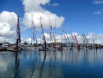 Une rangée des yachts dans la marina de plage d'Airlie partiellement par la tondeuse 2015-16 Image stock