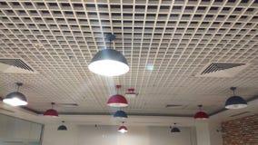 Une rangée réglée légère de plafond intérieur conçu photographie stock libre de droits