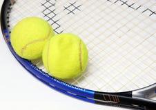 Une raquette et deux billes de tenis Photos stock