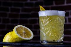 Une recette classique pour aigre de whiskey - le bourbon, le sirop de canne et le jus de citron, étant garni avec l'orange Apérit image libre de droits