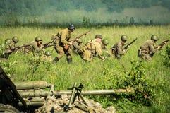Une reconstruction de role-play d'une des batailles de la guerre mondiale 2 sur les périphéries de Moscou dans la région de Kalug Photographie stock