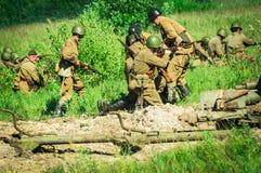 Une reconstruction de role-play d'une des batailles de la guerre mondiale 2 sur les périphéries de Moscou dans la région de Kalug Image stock
