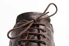 Une relation étroite sur une chaussure en cuir brune Images stock