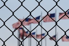 Une représentation symbolique des immigrés et des Etats-Unis d'Amérique images libres de droits