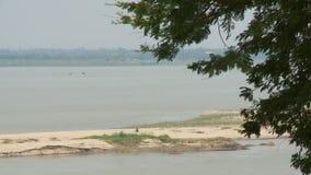 Une rivière boueuse large banque de vidéos