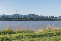 une rivière calme et et deux cannes à pêche et ciel d'herbe et bleu vert au parc de Hangang, Séoul, Corée du Sud photo libre de droits
