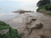 Une rivière coulant dans le lac photo libre de droits