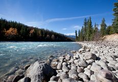 Une rivière débordante avec des montagnes dans la distance Image libre de droits