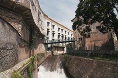 Une rivière par une vieille ville Photo stock