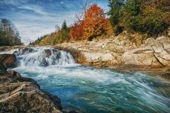 Une rivière pierreuse avec un courant orageux Le naturel et le cours d'eau Vacances d'automne dans les montagnes image libre de droits