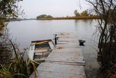 Une rivière tranquille d'automne Image libre de droits