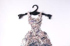 Une robe faite en metafan sur un cintre de manteau noir photographie stock
