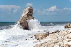 Une roche en mer pendant une tempête Images libres de droits
