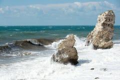 Une roche en mer pendant une tempête Images stock