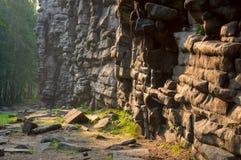 Une roche peu commune, comme si fait par un homme des pierres, dans l'aube lumineuse du soleil de matin Photographie stock