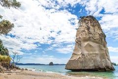 Une roche solitaire dans la crique de cathédrale, Nouvelle-Zélande Image stock