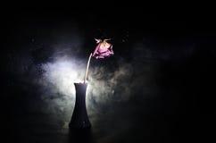 Une rose de fanage signifie l'amour perdu, divorce, ou de mauvaises relations, morts ont monté sur le fond foncé Image stock