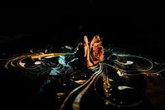 Une rose de fanage signifie l'amour perdu, divorce, ou de mauvaises relations, morts ont monté sur le fond foncé avec de la fumée Photos stock