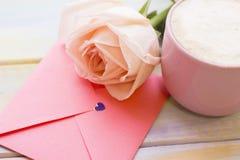 Une rose, une enveloppe et café Photos stock