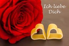 Une rose et deux coeurs Images stock