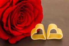 Une rose et deux coeurs Photographie stock libre de droits