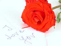 Une rose rouge et une lettre d'amour photos libres de droits