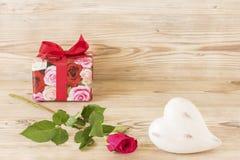 Une rose un coeur et un présent Photos libres de droits