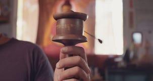 Une rotation bouddhiste de roue de prière banque de vidéos