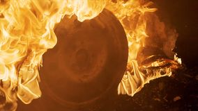 Une roue brûle dans une voiture la nuit, pneus de voiture brûlent, en gros plan clips vidéos