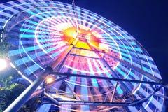 Une roue de ferris colorée la nuit images libres de droits