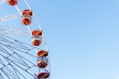 Une roue de ferris se retourne contre un ciel bleu à Noël de Wittenburgh Image libre de droits