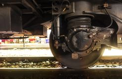 Une roue de train avec l'amortisseur sur la voie image libre de droits