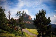 Une route étroite dans un paysage montagneux images libres de droits