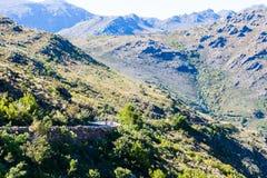 Une route au-dessus des montagnes photos libres de droits
